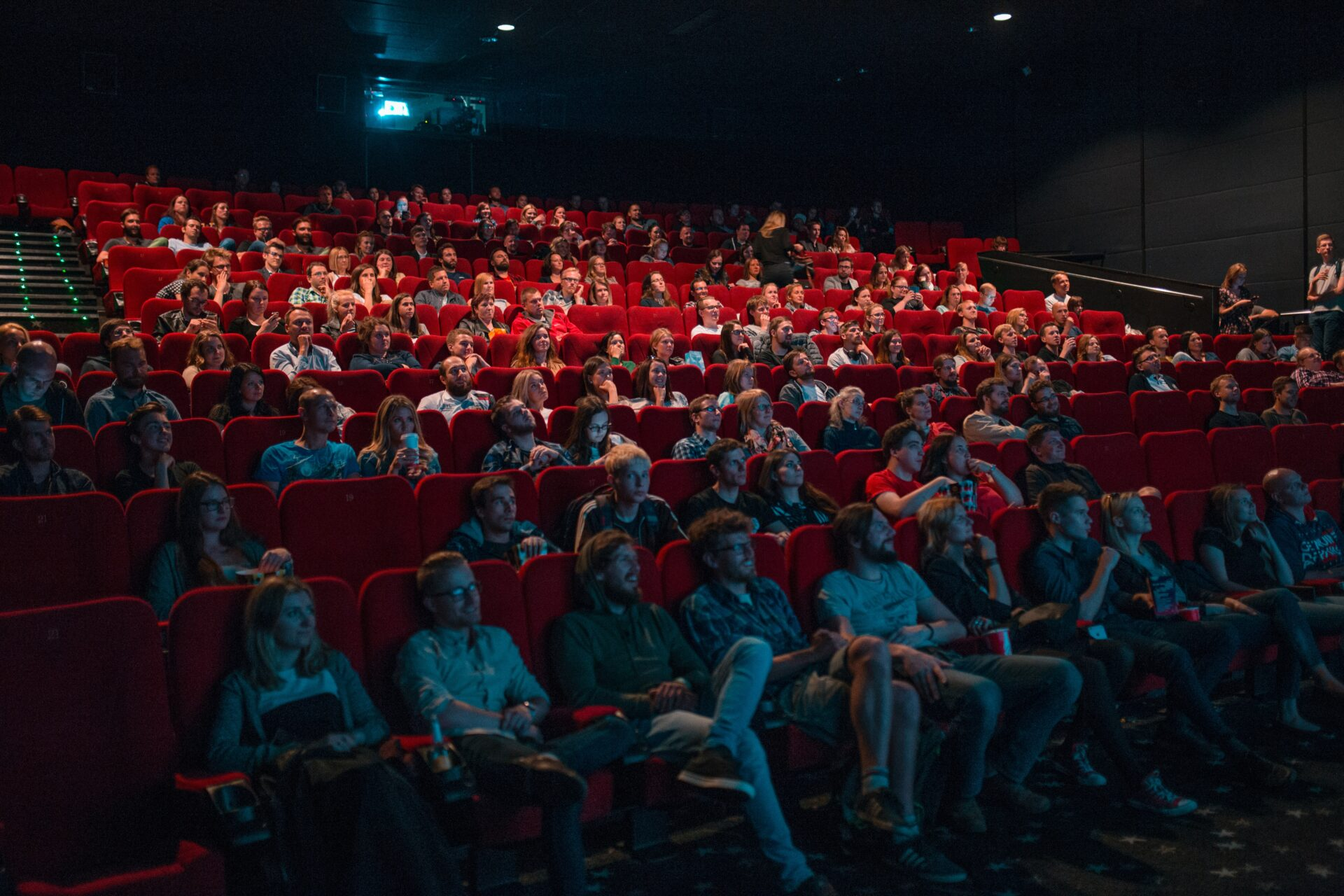 Spotlight efekt: Proč si myslíme, že o nás lidé přemýšlí více, než jak tomu ve skutečnosti je